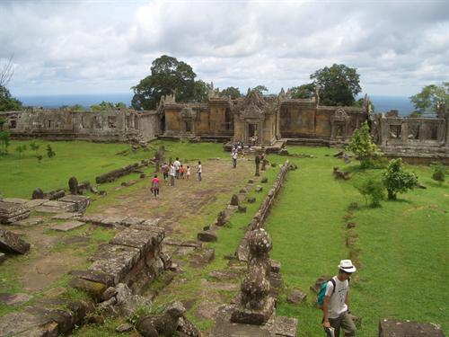 目の前に見える地平線は一緒の思い出!! 断崖絶壁の世界遺産プレアヴィヒア寺院 感動ツアー!